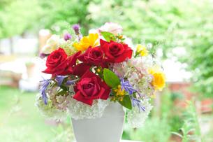 花瓶の花 バラとアジサイとトリテレイアとヒペリカムの写真素材 [FYI02436887]