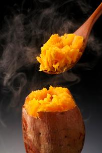 安納芋の焼き芋・焼き芋の写真素材 [FYI02437198]
