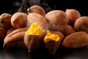 焼き芋・安納芋の焼き芋の写真素材 [FYI02437265]