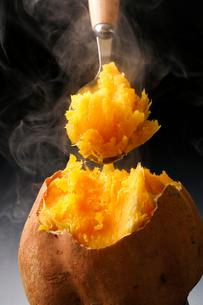 安納芋の焼き芋の写真素材 [FYI02437405]