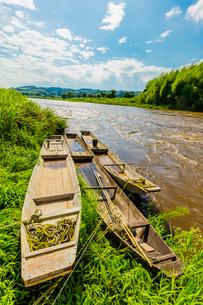 台風で増水した那珂川と木舟の写真素材 [FYI02437683]