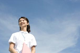 ファイルを持つ笑顔の看護婦の写真素材 [FYI02437791]