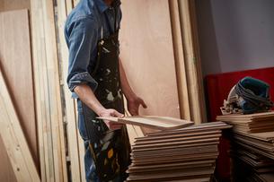木板を選ぶ男性の写真素材 [FYI02437844]