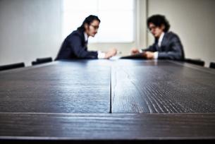会議中のビジネスマンたちの写真素材 [FYI02437845]
