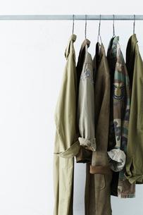 ハンガーでつってあるカーキ色の服の写真素材 [FYI02437846]