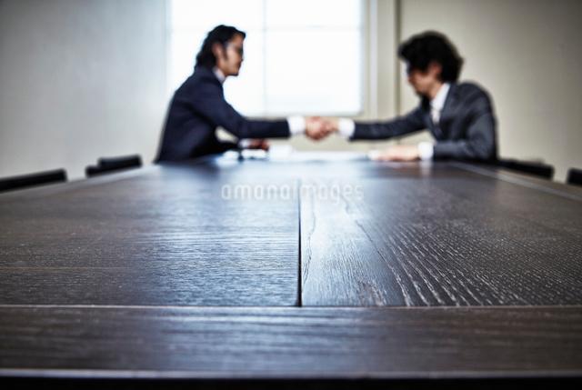 会議中のビジネスマンたちの写真素材 [FYI02437869]