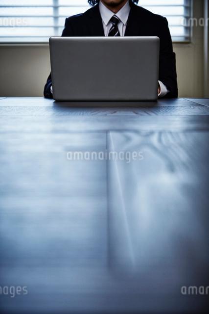 会議室でパソコンをするビジネスマンの写真素材 [FYI02437873]