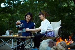 外でコーヒーをドリップする二人の写真素材 [FYI02437878]