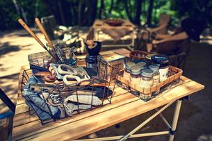 キャンプ用品と調味料やキッチンツールなどの写真素材 [FYI02437879]