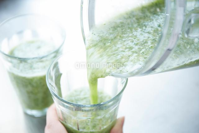 スムージーをグラスに注ぐ所の写真素材 [FYI02437883]