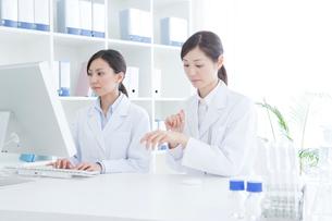 薬品を試す女性研究員の写真素材 [FYI02438410]