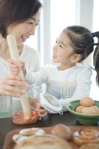 一緒に料理をする祖母と孫娘の写真素材 [FYI02438664]