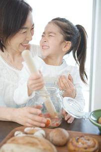 一緒に料理をする祖母と孫娘の写真素材 [FYI02439112]