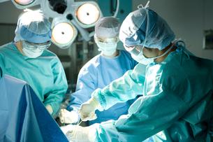 手術をする外科医の写真素材 [FYI02439190]