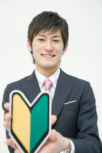 初心者マークを持つ20代男性のポートレートの写真素材 [FYI02439353]