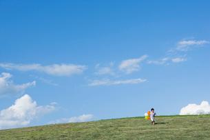 風船を持った男の子の写真素材 [FYI02439548]