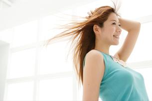 髪をなびかせる日本人女性の写真素材 [FYI02440675]