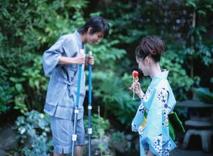 浴衣姿の日本人カップルの写真素材 [FYI02442274]