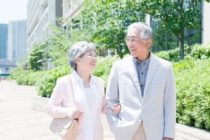 一緒に歩くシニアカップルの写真素材 [FYI02443252]