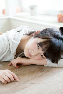 机に伏せる10代女子大生の写真素材 [FYI02443514]