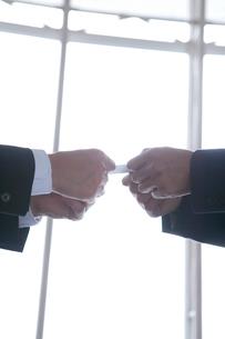 ビジネスマンの名刺交換シーンの写真素材 [FYI02443603]