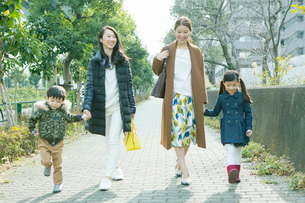 散歩をする2組の家族の写真素材 [FYI02444156]
