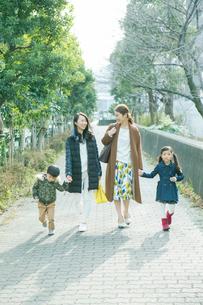 散歩をする2組の家族の写真素材 [FYI02444178]