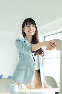 握手をするの20代女性の写真素材 [FYI02444485]