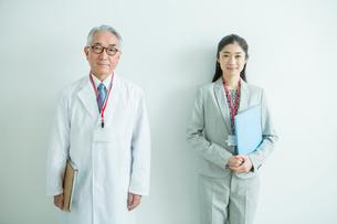 白衣を着た70代男性と会社員女性の写真素材 [FYI02444596]