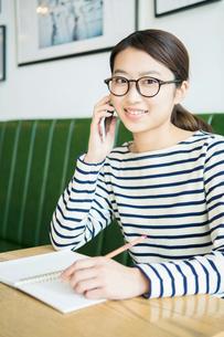 電話をする20代女性の写真素材 [FYI02445250]