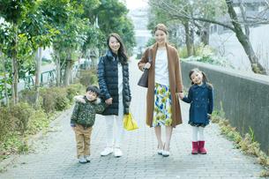 散歩をする2組の家族の写真素材 [FYI02445252]