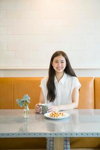 カフェにいる20代女性の写真素材 [FYI02445290]