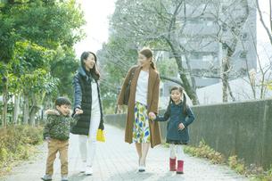 散歩をする2組の家族の写真素材 [FYI02445328]