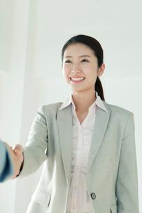 握手をするの20代女性の写真素材 [FYI02445356]