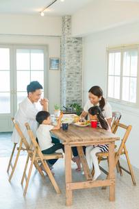 家族4人で囲う食卓の写真素材 [FYI02445359]