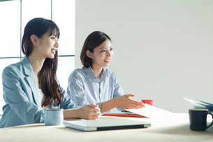 会議中の20代女性2人の写真素材 [FYI02445417]