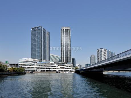 みなとみらい大橋とポートサイド地区の高層ビル群の写真素材 [FYI02445863]