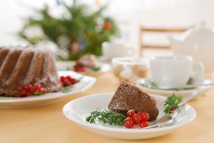 カットされたクリスマスケーキの写真素材 [FYI02446313]