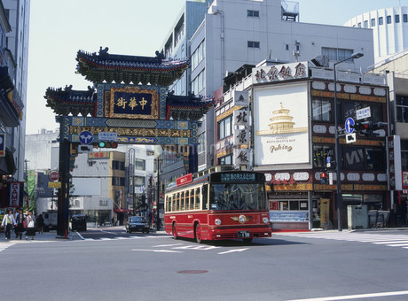 横浜中華街を走る周遊バスあかいくつ号の写真素材 [FYI02446382]