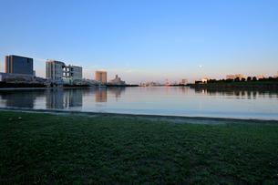 お台場の満月と朝日に輝くビル群の写真素材 [FYI02446832]