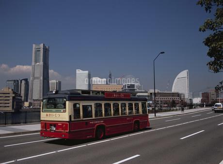 みなとみらいを走る周遊バスあかいくつ号の写真素材 [FYI02446969]