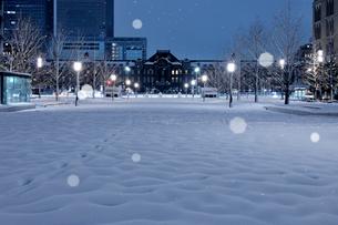 大雪の明け方の東京駅と行幸通りの写真素材 [FYI02446970]