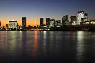 築地と汐留方面と東京タワーの夜景の写真素材 [FYI02447224]