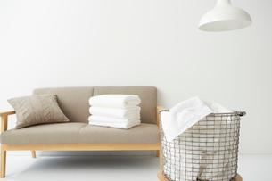 ソファの上にある畳まれたタオルの写真素材 [FYI02447465]