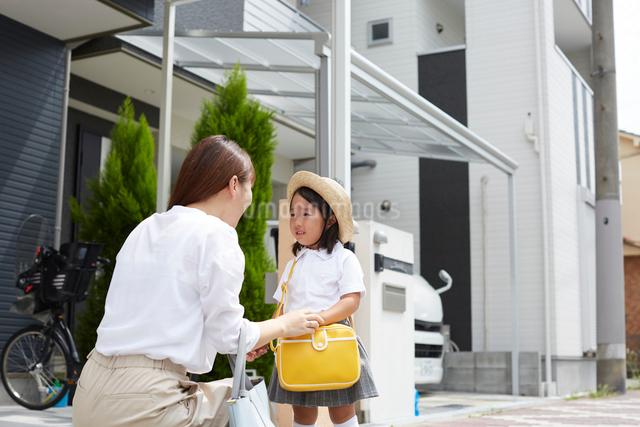 家の前でお話をする親子の写真素材 [FYI02447499]