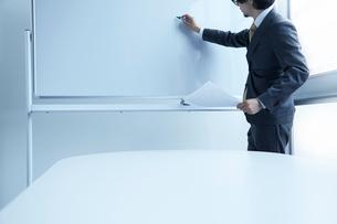 ホワイトボードに向かう男性の写真素材 [FYI02447594]