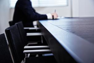 会議中のビジネスマンの手元の写真素材 [FYI02447600]