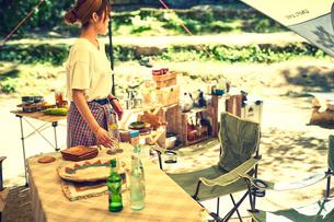 キャンプの準備をする女性の写真素材 [FYI02447638]