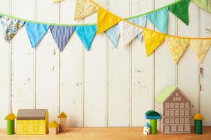 板壁に飾ってあるガーランドと家の置物の写真素材 [FYI02447658]