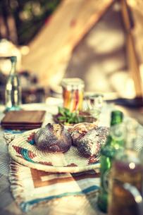キャンプでのご飯や飲み物の写真素材 [FYI02447769]